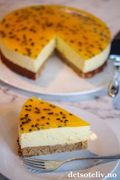 Pasjonsfruktfromasjkake med kransekakebunn | Det søte liv Norwegian Food, Cake Fillings, No Bake Cake, Baked Goods, Nom Nom, Cheesecake, Dessert Recipes, Food And Drink, Pudding