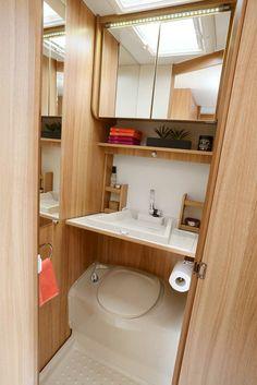 Cabinet de toilette, lavabo ouvert.