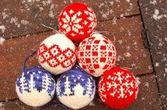 Maria strikker: Julekuler Christmas balls to knit by Arne and Carlos