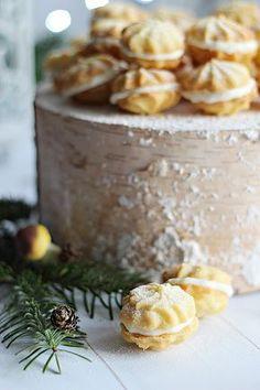 Lassan készülhetnek a Karácsonyi aprósütemények. Fém dobozban elállnak az ünnepekig és nem kell egyszerre sokfé...