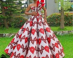 afrikanische hochzeiten This sophisticated Ankara ball dress is available in US size Modification to style is allowed at no extra cost. It's also available in several other Ankara prints. We ship worldwide We offer drop shipping Processing takes African Prom Dresses, African Dresses For Women, African Wedding Attire, African Attire, African Traditional Dresses, Traditional Wedding Dresses, African Fashion Ankara, African Print Fashion, Ball Dresses