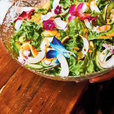 Green Salad with Papaya Dressing Poulet Huli Huli, White Balsamic Vinegar, Edible Flowers, Avocado Toast, Cucumber, Salads, Coconut, Dressing, Tasty