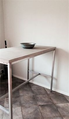 Barbord med rostfritt och betong