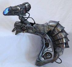 Predator plasma canon Alien Vs Predator, Predator Costume, Predator Cosplay, Predator Helmet, Predator Alien, Cosplay Weapons, Sci Fi Weapons, Fantasy Weapons, Armadura Cosplay