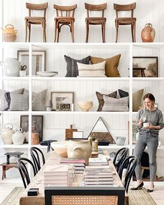Store Interiors, Vintage Interiors, Boutique Homes, A Boutique, Showroom Design, Interior Design, Vintage Store Displays, Workspace Design, Diy Bench
