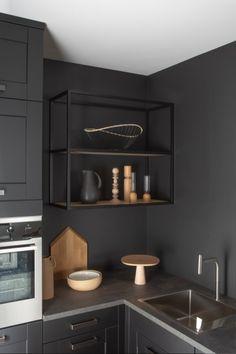 Cuisine noire total look noir accessoires en bois brut Black Kitchens, Innovation Design, Fine Dining, Sweet Home, Ceiling Lights, Interior Design, Hello Fr, Chic, Blog Deco