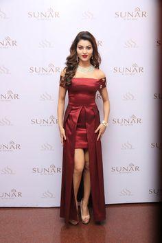 Actress Urvashi Rautela at Sunar Launch Bollywood Pictures, Bollywood Actress Hot Photos, Bollywood Girls, Beautiful Bollywood Actress, Most Beautiful Indian Actress, Bollywood Fashion, Men's Fashion, Fashion Week, Beautiful Hijab