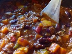 Zutaten für 4-6 Personen :    800 g Rinderhackfleisch   1 dicke Zwiebel   2 Karotten   2 EL Tomatenmark   200 g stückige Tomaten a.d...
