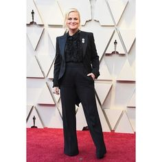 Amy poehler wearing a black suit at the 2019 oscars on the red carpet Black Suits, Black Tie, Girl Tux, Wearing A Tuxedo, Formal Pants, Amy Poehler, Ruffle Shirt, Patterned Carpet, Big Fashion