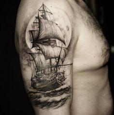 Oberarm Tattoo Segelschiff im Wasser