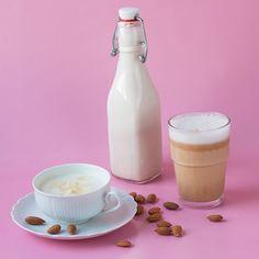 Pflanzenmilch mache ich schon seit überzwei Jahren selber. Zum einen ist selbst gemachte Pflanzenmilch natürlich viel günstiger als gekaufte und beinhaltet keinerlei Emulgatoren oder Konservierung…
