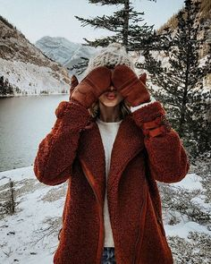 Can't help but think about how much cuter this photo would be with snow falling ❄️❄️ Can we start a petition for mother nature to bring… Fall Winter Outfits, Autumn Winter Fashion, Mode Shoes, Winter Stil, Foto Pose, Winter Pictures, Winter Photography, Winter Wardrobe, Paris Fashion