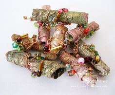 How to make simple and perfectly shaped fabric beads How-to: Fancy or Plain Fabric Beads. Clear, simple directions, wherein readily available inexpensive materials are transformed into lovely beads. Fabric Beads, Paper Beads, Fabric Art, Fabric Scraps, Scrap Fabric, Fabric Dolls, Paper Jewelry, Textile Jewelry, Fabric Jewelry