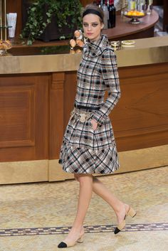 Chanel Fall 2015 Ready-to-Wear Fashion Show - Cara Delevingne–