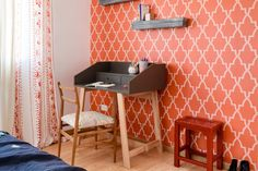 Carina got inspired by this energetic wallpaper and designed the decor of this bedroom around it.