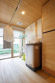 【木と共にのびのび暮らす ナレッジライフの木組みの家】風通しの良い洗濯室。キッチンや水回りと隣り合わせで奥様にやさしい間取り。 @新潟で建てる 木の家専門の注文住宅 ナレッジライフ/#木の家 #木の家専門店 #自然素材 #自然素材の家 #注文住宅 #新築 #マイホーム #新潟 #暮らし #造作 洗濯室 #オリジナル #洗濯 #物干し室 #家づくり #original #clothes #laundry #myhome #niigata Dream Home Design, House Design, Laundry Room, Washing Machine, Entrance, Home Appliances, How To Plan, Interior, Kitchen