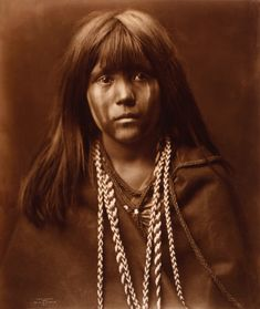 Photographer Edward Curtis decided to chronicle the experience of the vanishing Native American tribes at the end of the century. American Indian Girl, Native American Children, Native American Photos, Native American Tribes, Native American History, American Indians, Edward Curtis, Navajo, Indian Pictures