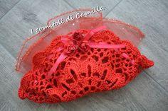 Centrino-bomboniera rosso per laurea Crochet Sachet, Knit Crochet, Crochet Hats, Camilla, Crochet Wedding, Wedding Favors, Crochet Earrings, Projects To Try, Knitting