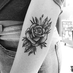 Tatuagem criada por Lucas Milk de Florianópolis. Rosa em blackwork e pontilhismo no braço.