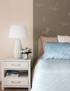 Pastellrosa Wandfarbe und taupefarbene Tapete mit Schwalbenmotiven