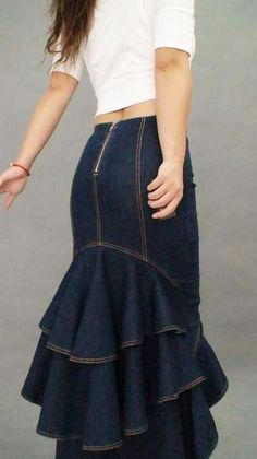 Go casual-chic in this Dark Denim Fishtail Skirt. It takes you from day to date night with its off-duty looks and full-on glamour. Solve what-to-wear dilemmas with its dresses and accessories that combine inherent femininity and an impressive attention to Estilo Casual Chic, Casual Chique, Casual Chic Style, Trendy Style, Mode Outfits, Skirt Outfits, Dress Skirt, Ruffle Skirt, Xl Fashion