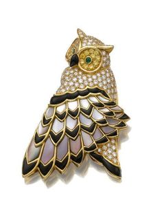 Tiffany & Co brooch. Designed as an owl, the head set with brilliant-cut diamonds, the eyes with circular-cut yellow sapphires and emeralds, the nose with onyx, to a wing embellished with mother-of-pearl and onyx feathers. Bird Jewelry, Animal Jewelry, Jewelry Design, Antique Jewelry, Vintage Jewelry, Diamond Brooch, Tiffany Jewelry, Vintage Brooches, Dior