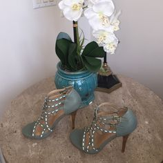 HOST PICK /Marco Santi Teal & cream high Gorgeous and Cute Teal & Cream beautifully designed straps in all man made materials. Four inch heels. Cream High Heels, Fashion Tips, Fashion Trends, Fashion Design, Teal, Shoes Heels, Sandals, Womens Fashion, Closet