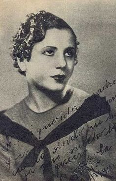 """Photo of actress Eva Duarte. Made by the well known House of """"Valenti"""" photographs of the city of Rosario. It is dedicated to his beloved mother (Doña Juana Ibarguren), sent from Rosario and dated in 1936. Evita has signed it with his family nickname, """"Chola""""."""