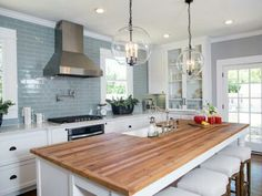 Joanna gaines kitchen cabinets these farmhouse kitchen decor ideas Kitchen Redo, Old Kitchen, Kitchen Dining, Kitchen Ideas, Kitchen Cabinets, Kitchen White, Kitchen Layout, Kitchen Colors, Kitchen Photos