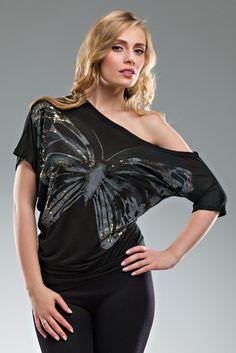Markowa, asymetryczna bluzka damska firmy BERSHKA , wykonana z wysokiej jakości materiałów. Motyl ozdobiony złotymi elementami przyciąga wzrok nadając modny i gustowny wygląd. Ładnie wykrojony, okrągły dekolt oraz ciekawy wzór i stylistyka sprawia ,że bluzka jest szalenie efektowna. W zależności od dodatków można ją nosić na każdą okazję. Tops, Women, Fashion, Moda, Fashion Styles, Fashion Illustrations, Woman