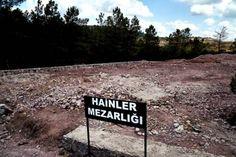 """En el cartel, en turco, se lee """"cementerio de los Traidores"""" Está enfrente de tumbas sin nombre, construidas específicamente para contener los cuerpos de los golpistas que murieron en…"""
