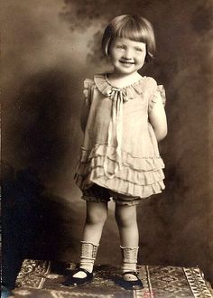 vintage fotos I think free image. From the-feather - vintage Vintage Abbildungen, Photo Vintage, Vintage Girls, Vintage Beauty, Vintage Postcards, Vintage Dress, Vintage Children Photos, Vintage Pictures, Vintage Images