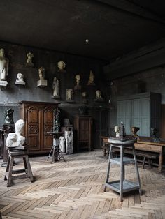 Musee Bourdelle Paris - Paris cultural guide - The CSH Travel Guide: my ultimate Paris design guide Dark Interiors, Shop Interiors, Coffee In Paris, Distressed Walls, Cute Cafe, Palais Royal, Galleries In London, Paris Design, Le Corbusier