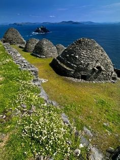 Beehive Huts of the abandoned monastery on the Island of Skellig Michael, off the Coast of Kerry, Ireland. I've seen beehive huts near Dingle, but I've never been to Kerry. Places To Travel, Places To See, Places Around The World, Around The Worlds, Voyage Europe, Republic Of Ireland, Emerald Isle, To Infinity And Beyond, Land Art