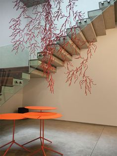 A ligação vertical entre os andares se dá através de uma escada em balanço com degraus fixados na parede e iluminada por uma grande claraboia.