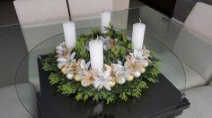 Coroa de advento prata e dourada Table Decorations, Home Decor, Floral Arrangements, Flower Arrangements, Crowns, Dates, Craft, Decoration Home, Room Decor