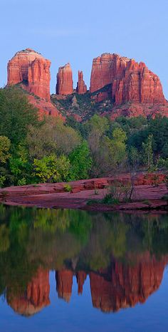 You know it's Arizona when you see the amazing red rock formations. Cathedral Rock reflection on Oak Creek at twilight in Sedona, Arizona Roswell, Cool Places To Visit, Places To Travel, Places Around The World, Around The Worlds, Parcs, Natural Wonders, Vacation Spots, Amazing Nature