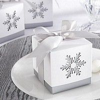 Love these snowflake favor boxes. So beautiful for a winter wedding!