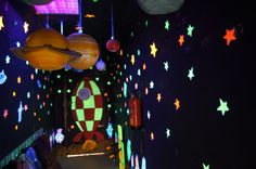 TRABAJAR POR PROYECTOS EN EDUCACIÓN INFANTIL School Hallway Decorations, Hallway Decorating, Space Classroom, Classroom Displays, Space Party, Space Theme, Autism Activities, Craft Activities, Volcano Projects