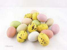 Floristikdeko - 18St. Kunststoff-Eier-Mix uni & gesprenkelt... - ein Designerstück von EliBastelei bei DaWanda
