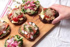 Goddag ! Aujourd'hui on va parler smørrebrød. Les smørrebrød sont les cousins danois des smörgås suédois, ces tartines de pain de seigle surmontées de crudités, de fromage, de poisson fumé ou…