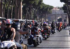 Repubblica Roma è anche su   Facebook   e su     Twitter                   Un lungo serpentone di Harley Davidson attraversa Roma al suono di clacson e musica rock diffusa dagli altoparlanti delle moto. Tantissime le persone che fin dai primi chilometri della Cristoforo Colombo ha assistito a