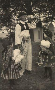 http://www.vetrnemlynky.cz/userFiles/kroje/vacenovice-1941.jpg