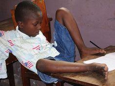 Behindertenzentrum CRHP: Oftmals wird die Geburt eines behinderten Kindes in Mali als göttliche Bestrafung angesehen. Dies hat zur Folge, dass Behinderte ausgegrenzt, häufig auch von den Familien versteckt, wenn nicht sogar auf der Straße ausgesetzt werden.