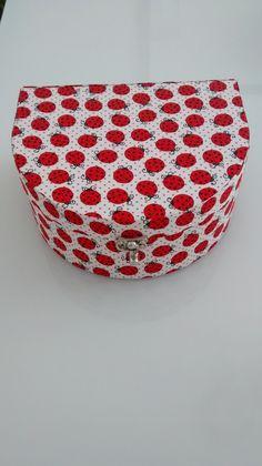 Caixa Ballet com fecho de metal e tecido de Joaninha por fora e poá vermelho com preto internamente