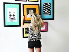 cadre photo original, tapis faux fur blanc et noir, fille blonde, murs blancs, sandales noires