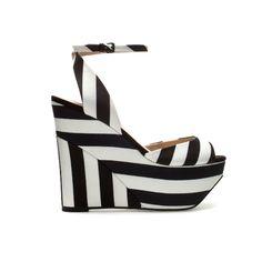 Con fuerza llega una #tendencia en #primavera-verano: #Zapatos de plataforma con rayas en diversidad de colores.