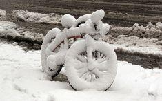 Fahrrad bedeckt mit schnee