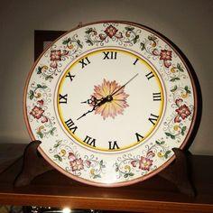 Orologio di #ceramica dipinto a mano #Italy http://ceramicamia.blogspot.it/p/orologi.html