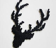 På Kreative Dage  købte jeg nogle Hama perler. Så fandt jeg en broderet hjort  på Pinterest, og så kom der denne sag ud af perlerne.  Je...